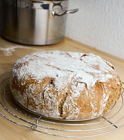 Brot frisch gebacken aus dem Topf