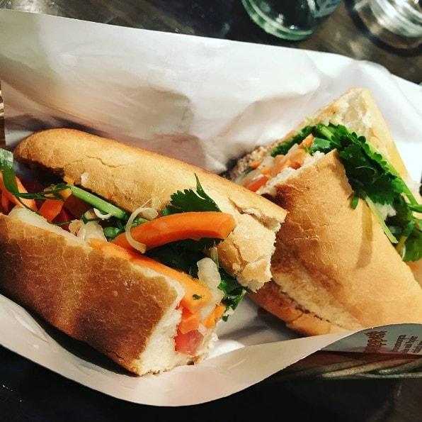 fertig gebackenes und gefülltes Bánh Mì