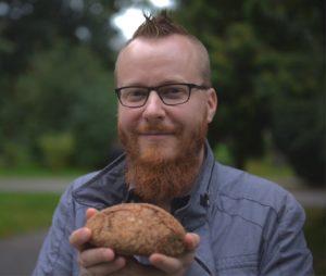 BROT-Chefredakteur Sebastian Marquardt mit selbst gebackenem Brot