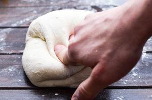 Teig falten für gutes Klebergerüst beim Brot selber backen